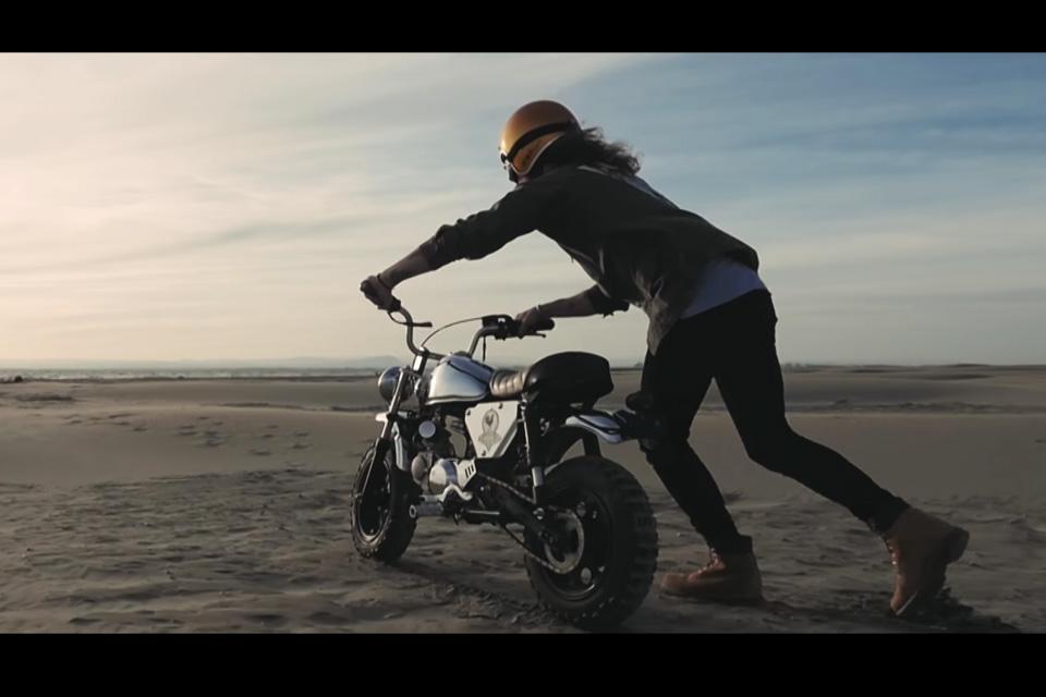 Julien Doré roule en Monkey dans son dernier clip Le Lac - mini4temps.fr