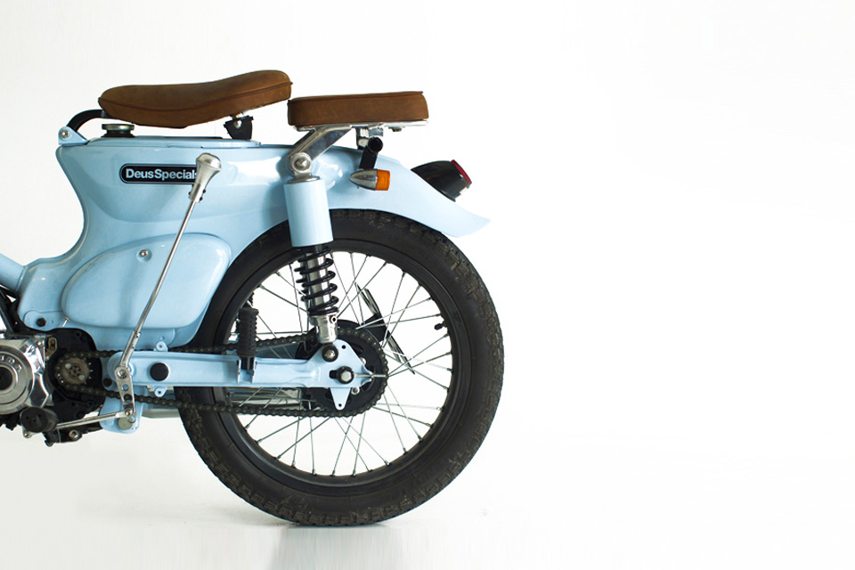 Le Honda Cub C70 bleu de Deus Motorcycles - mini4temps.fr