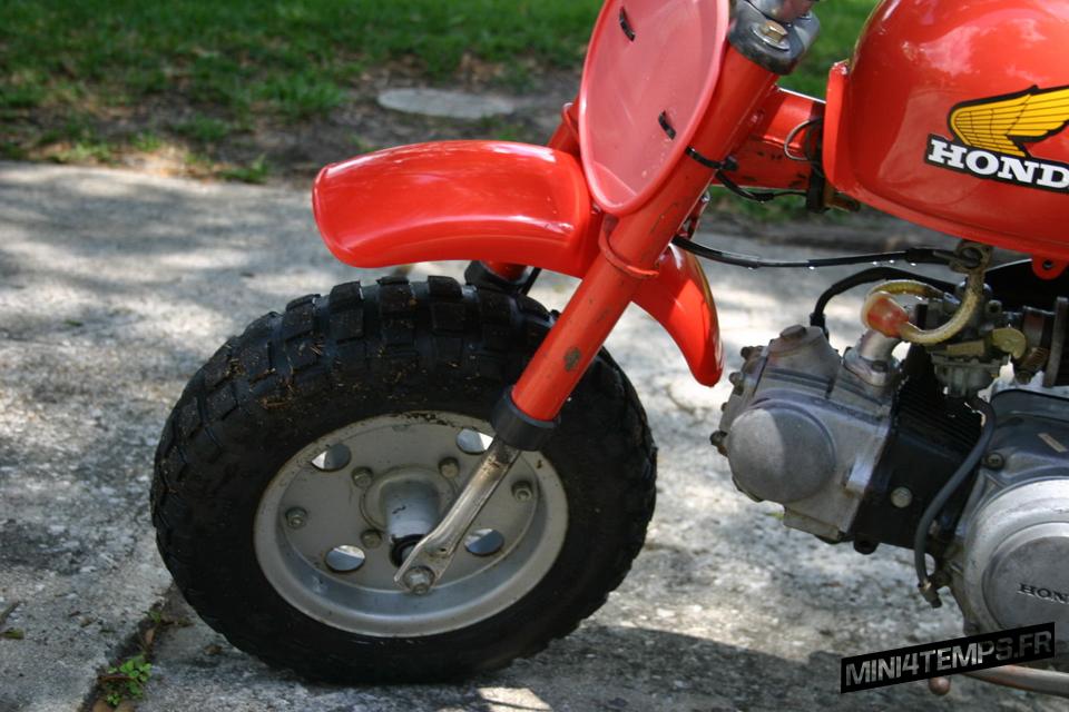 Red Honda Monkey Z50R de 1979 - mini4temps.fr