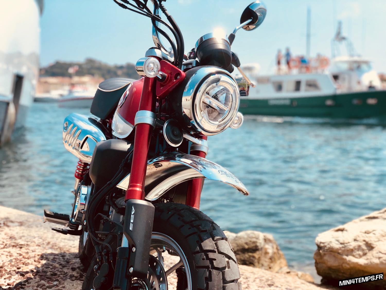 Le Honda Monkey 125 2018 rouge de Karl à Saint-Tropez - mini4temps.fr